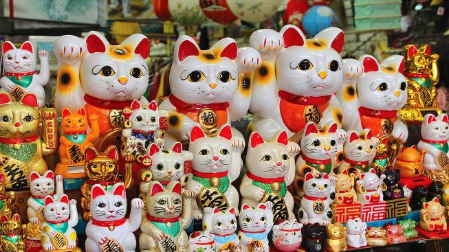 Kde se vzala soška mávající kočičky, která nechybí v žádné asijské restauraci?