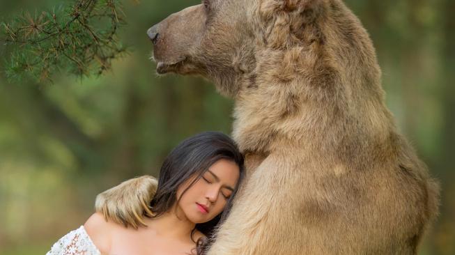 Nebezpečná romantika s medvědem, kvůli fotce riskují i malé děti