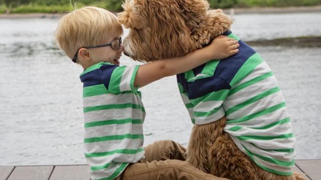 OBRAZEM: Adoptovaný chlapec a pes jsou nerozluční jako dvojčata