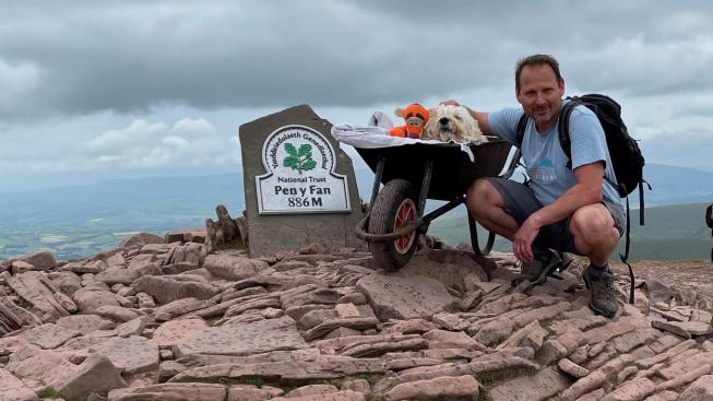 Poslední cesta: Umírajícího psa jeho páníček vyvezl na vrchol oblíbené hory v kolečku